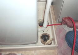 洗濯機排水管洗浄中 排水管 貯水槽 清掃 愛知県